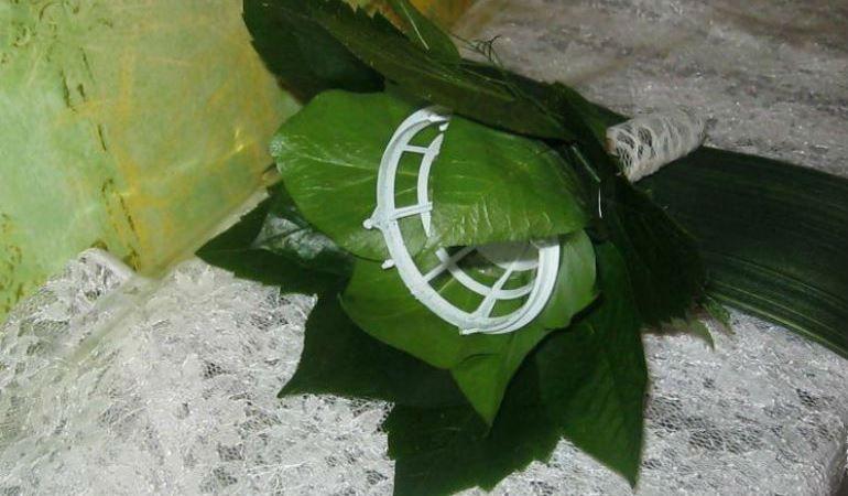 Декорирование портбукетницы листьями роз и аспидистры