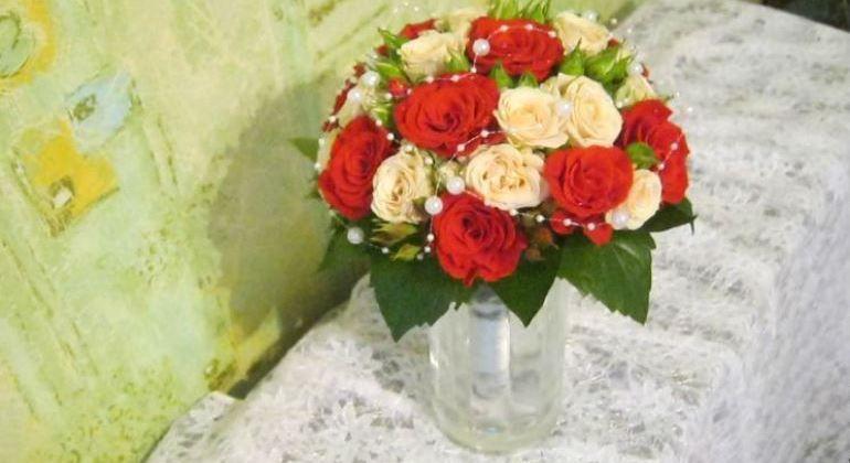 Букет из роз с бусинами