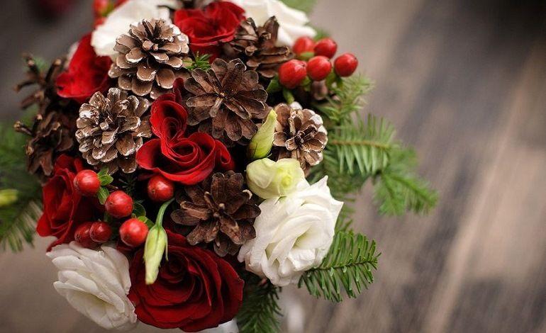 Букет из шишек и цветов