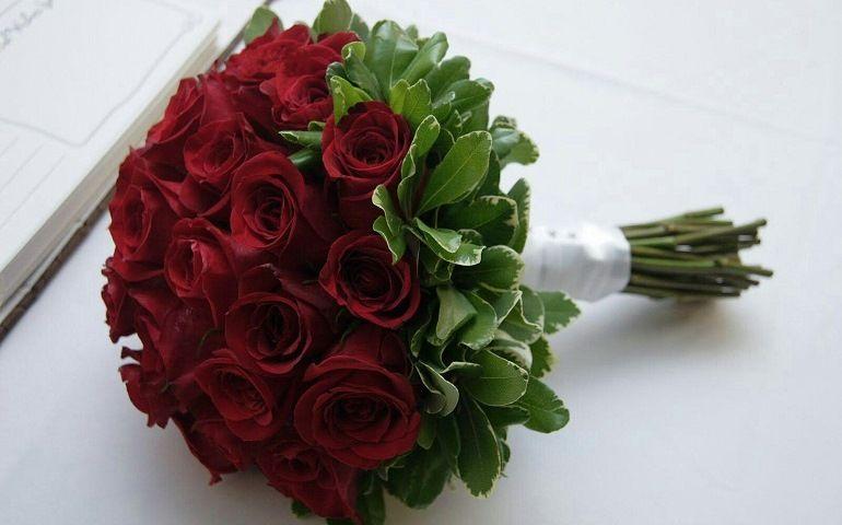 Пышный букет из красных роз для невесты