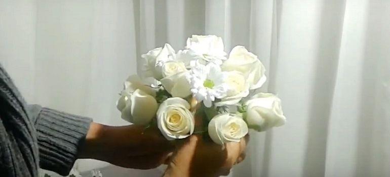 Розы, ромашковая хризантема