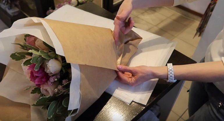 Упаковка букета в крафт