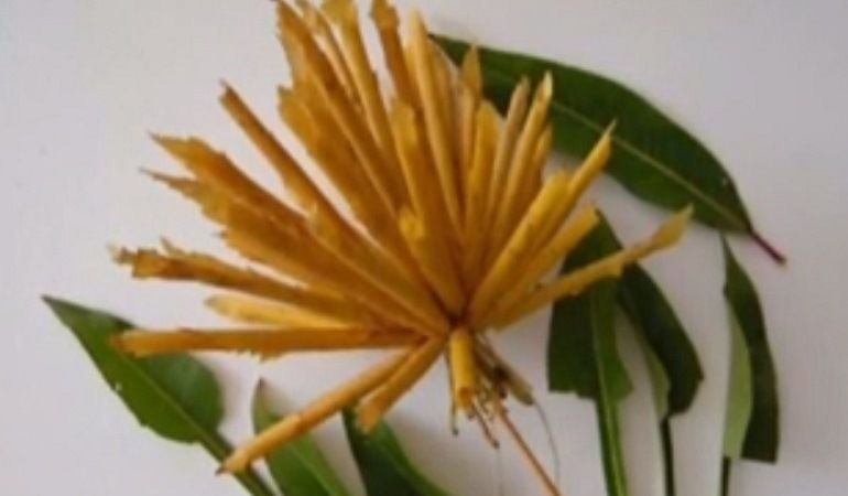 Желтые жгутики из листьев собрать в цветок