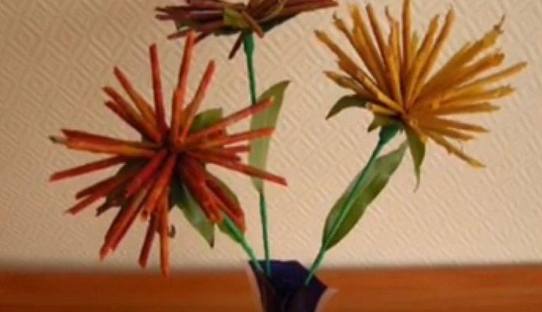 Букет хризантем из листьев