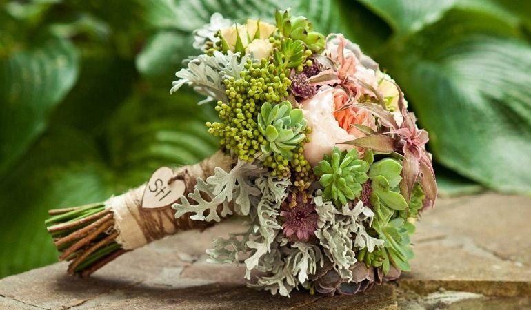 Букет из цветов и суккулентов
