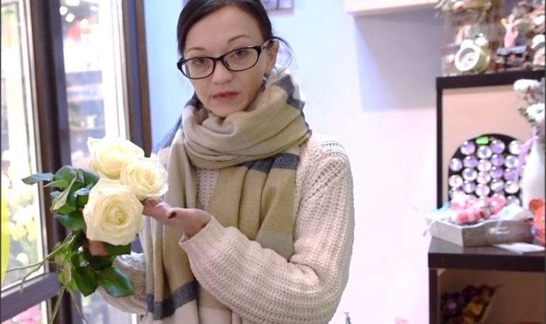 Три крупноголовые розы сорта «Аваланж»