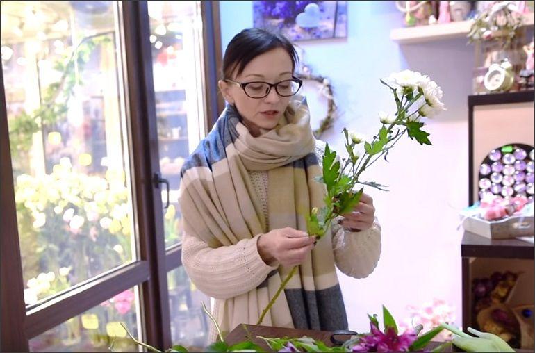 Освободить стебли хризантем от листочков