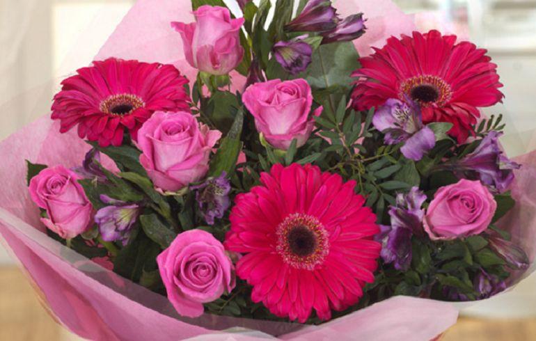 Герберы с розами