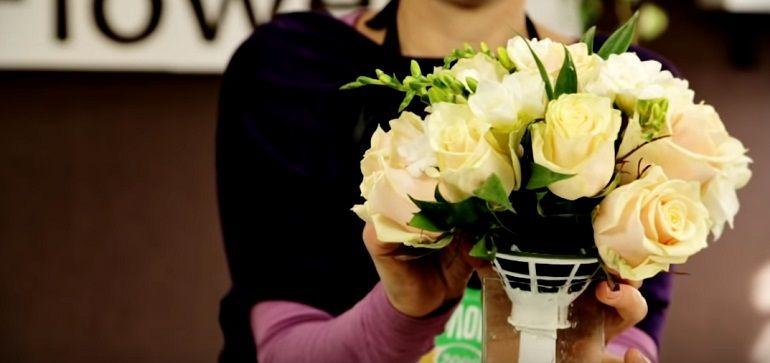 Розы и фрезии в букете