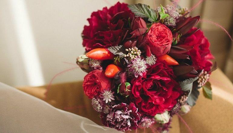 Букет из бордовых цветов