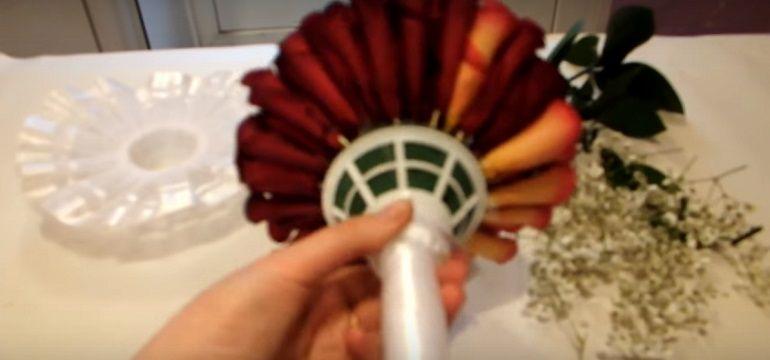 Лепестки на зубочистках закрепить в портбукетнице