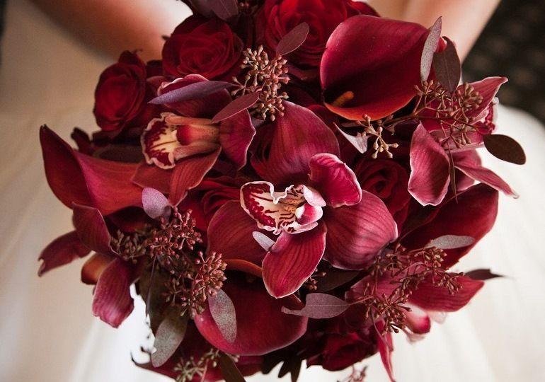Бордовые лилии для свадебного букета