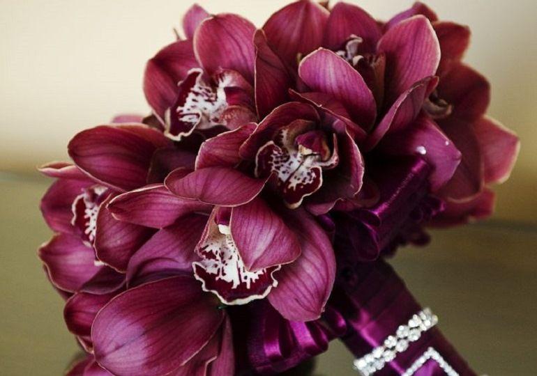 Бордовые орхидеи для свадебного букета