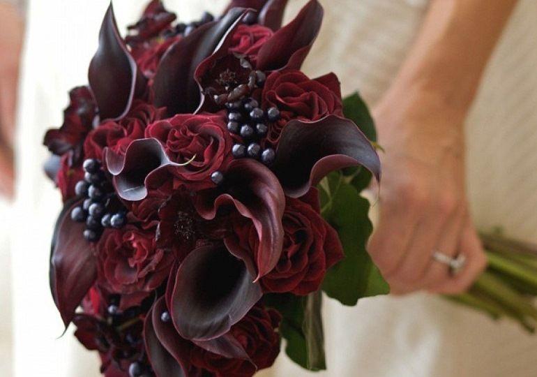 Бордовые каллы в букете невесты