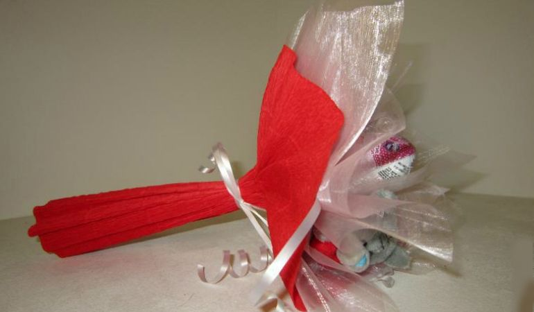 Букет из киндер-сюрпризов в упаковке из гофробумги