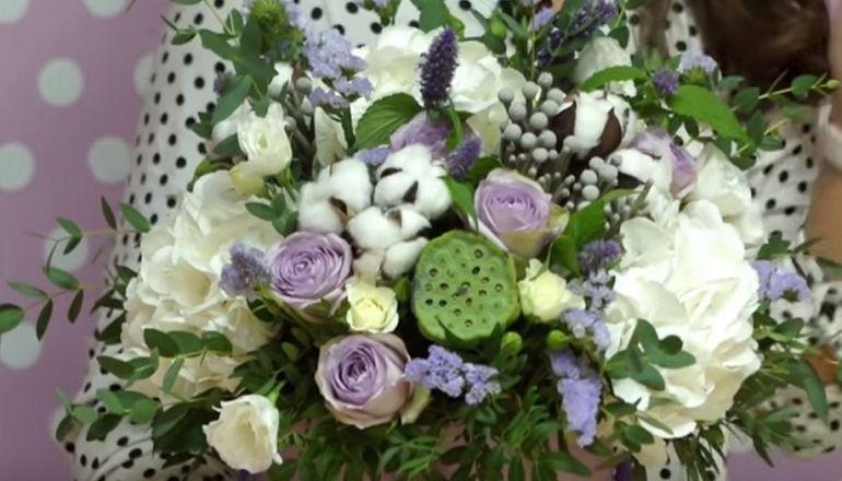 Красивый букет из живых цветов и сухоцветов