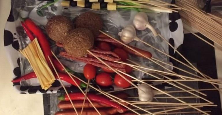 Колбаски и ржаные булочки на шпажках