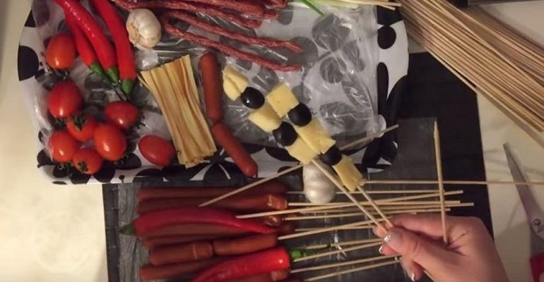 Сыр и маслины на шпажке