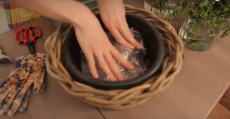 В корзину из ивовой лозы помещаем пластмассовое кашпо