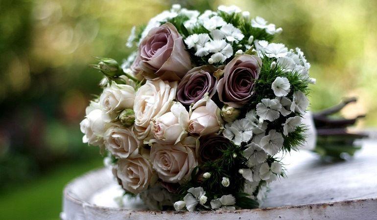 Неяркий букет из роз