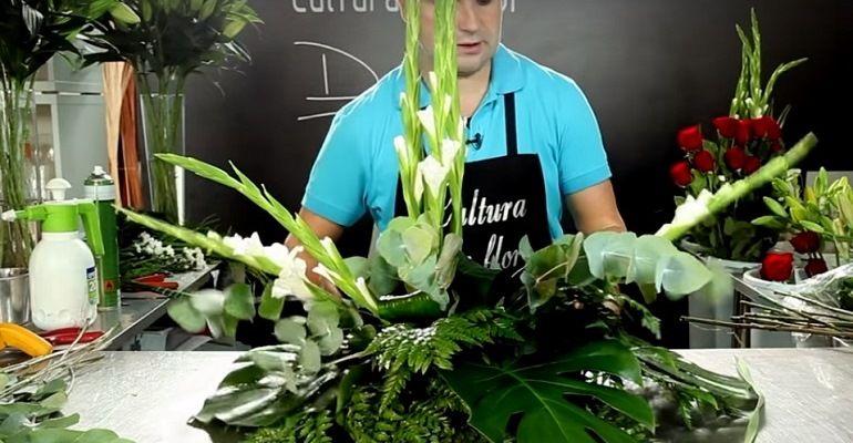 Формировка верхнего цветочного яруса из белых гладиолусов