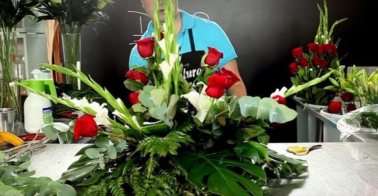 Цветочный ярус из красных роз