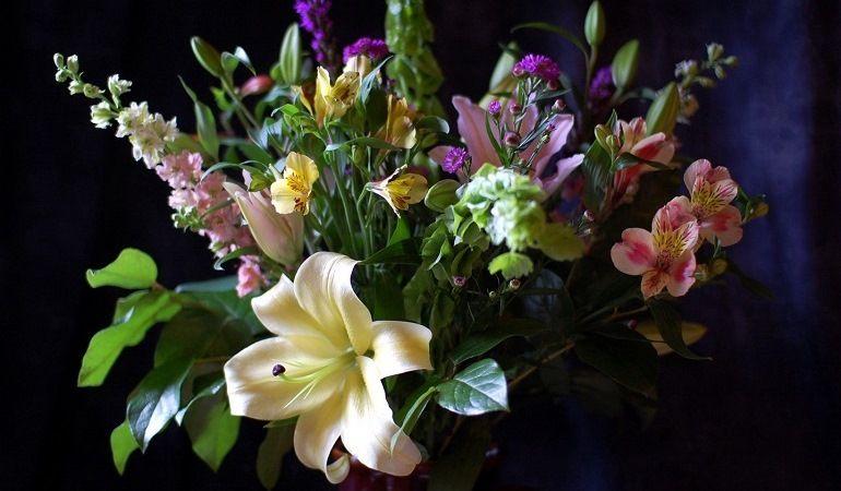 Цветочная композиция с лилиями