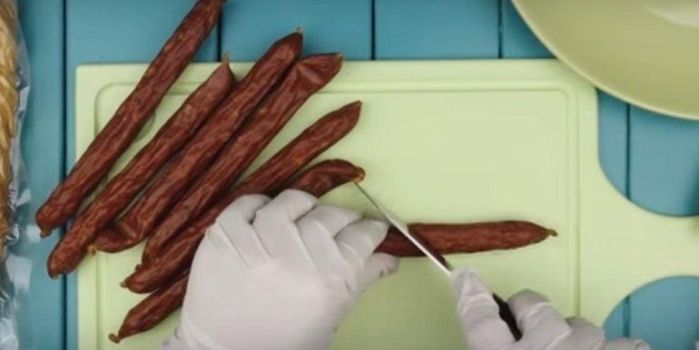 Разрезать охотничьи колбаски