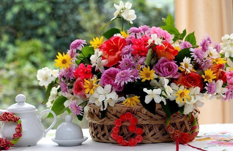 Букет цветов на окне