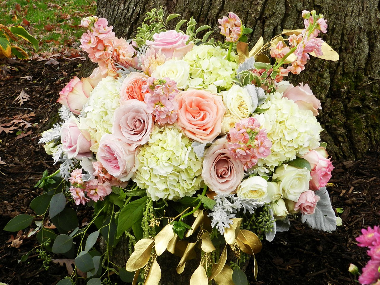 Шикарный букет из роз и герани