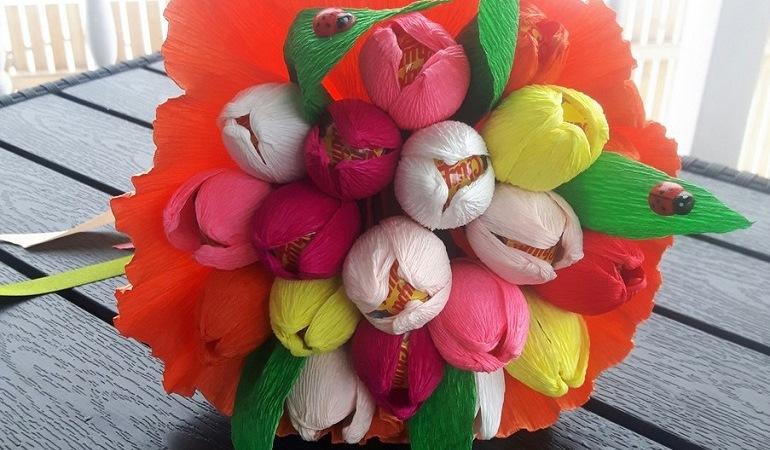 Букет из конфет и бумажных цветов