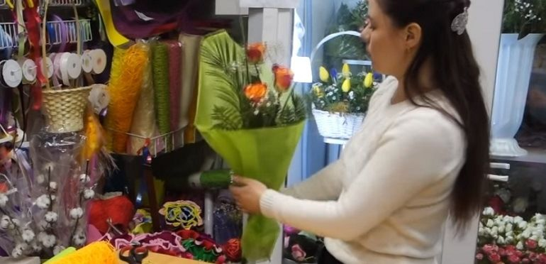 Поместить букет цветов в подготовленную упаковку из фетра