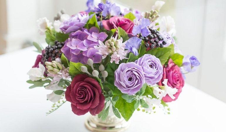 Контрастные цветы в букете