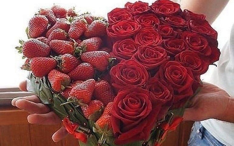 Готовый букет из роз и клубники