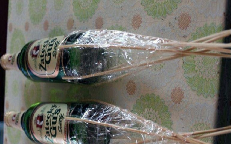 Соединить обе бутылки между собой