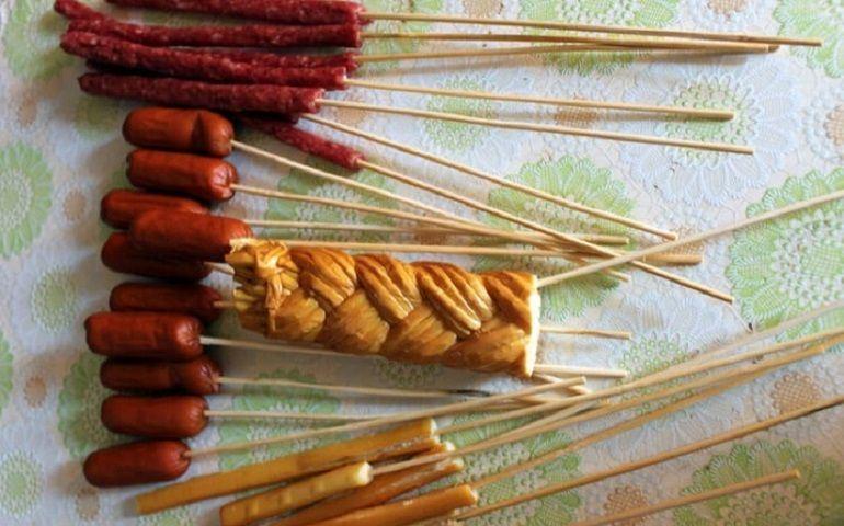Колбаски и сырные палочки на шпажках