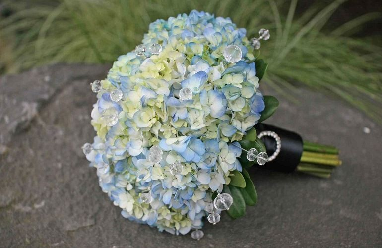 Свадебный букет в голубых тонах из гортензий
