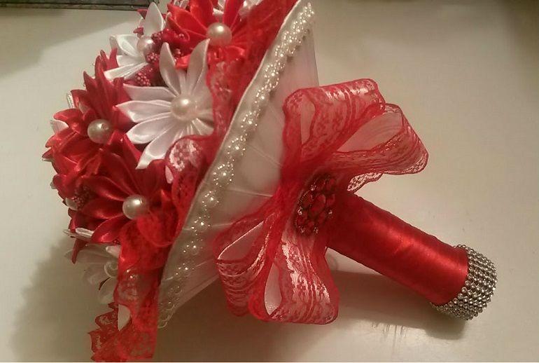 Оригинальный букет невесты из атласных лент