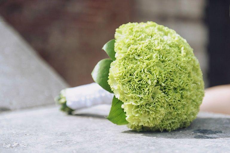 Зеленые гвоздики в букете невесты