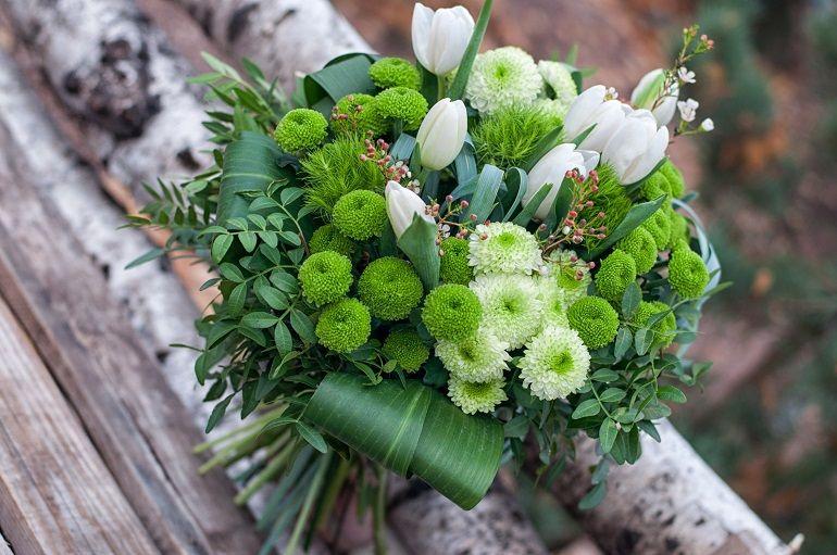 Зеленые хризантемы в букете невесты