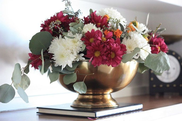 Красивый букет из кустовых хризантем и роз