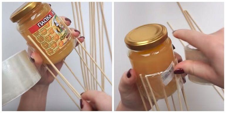 Баночки с медом закрепить на шпажках скотчем
