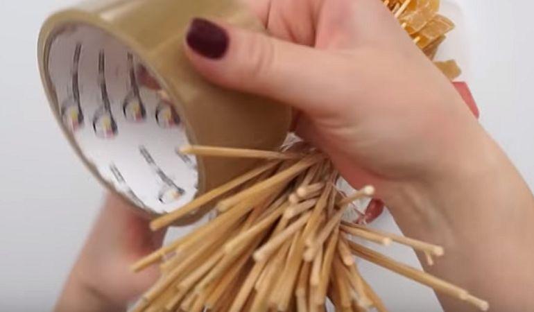 Обернуть ножку букета скотчем