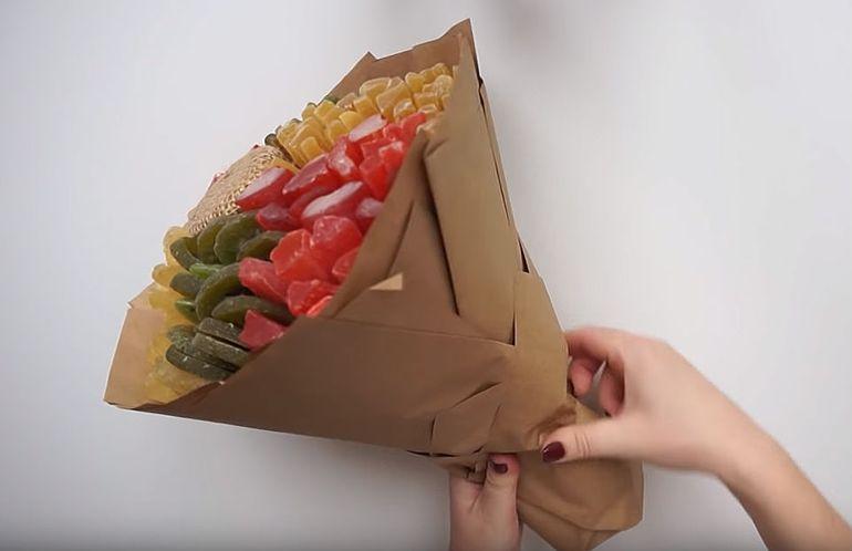 Декорируем букет из сухофруктов крафтовой бумагой