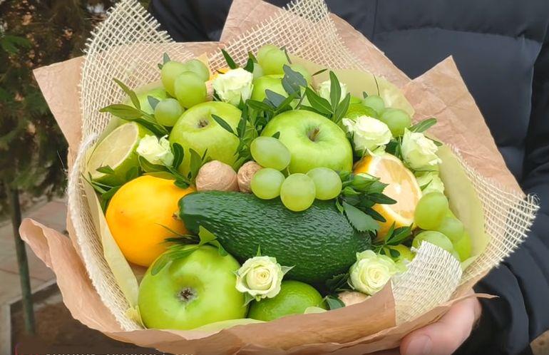 Букет из ягод и фруктов