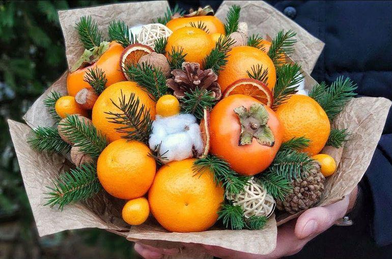 Делаем новогодний букет из апельсинов, хурмы и орехов