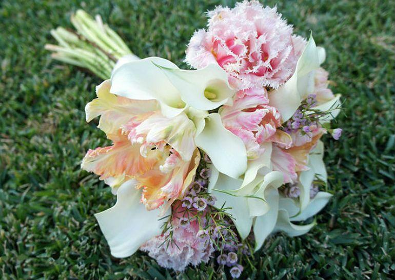 Сборка свадебного букета из тюльпанов