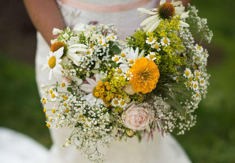 Свадебный букет из роз и ромашек