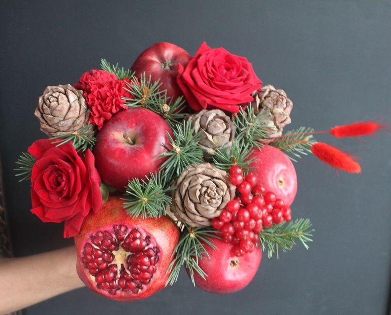Новогодние букеты из фруктов красного цвета