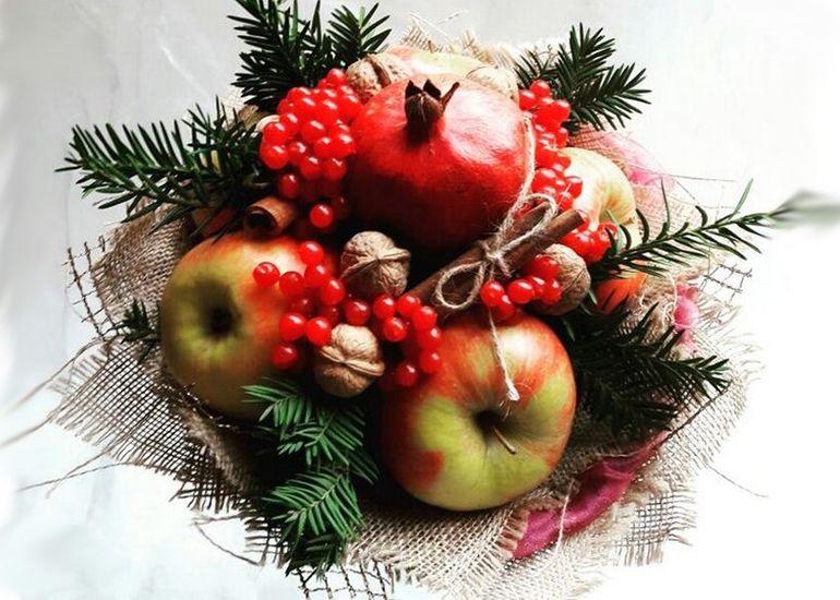 Новогодние букеты из фруктов и ягод